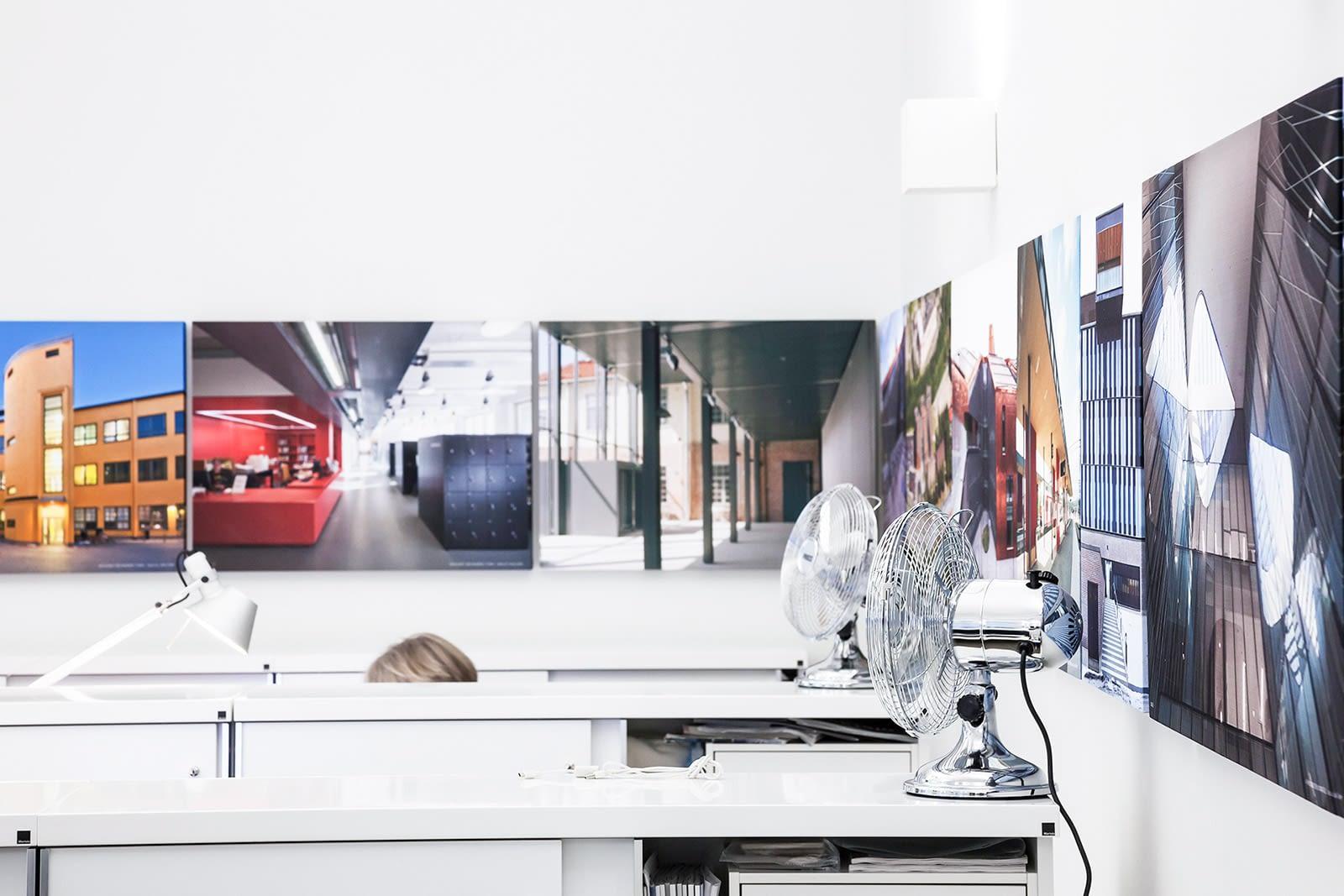 Hyssny Shape akustiikkatauluja konttorin seinällä