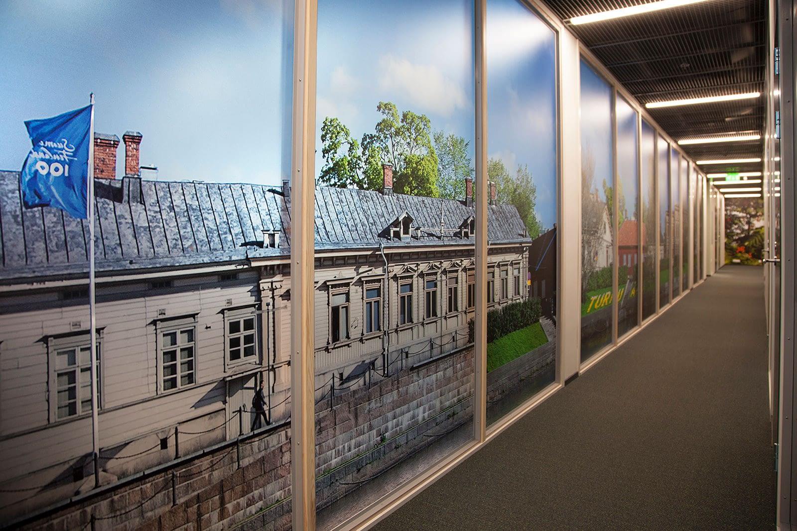 valokuvatulosteella teipatut isot ikkunat